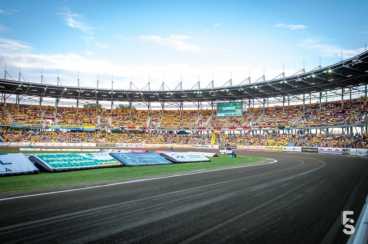 wypełniony kibicami stadion stali gorzów